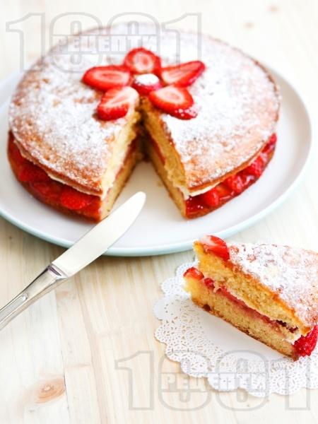 Лесна торта с мармалад от ягоди и сметана - снимка на рецептата